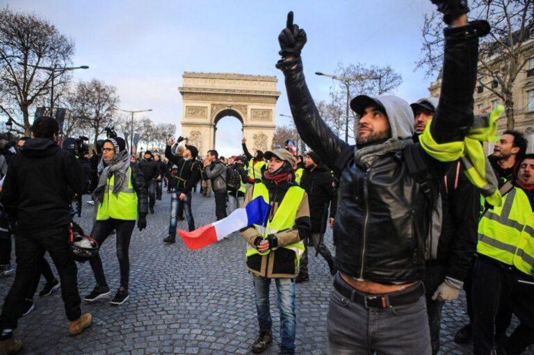 """Proteste la Paris: """"Bine aţi venit în Kontrolistan. Slavă lui Macronescu, conducătorul nostru!"""""""