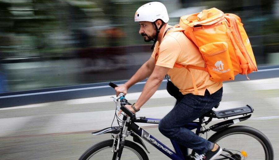 Sayed Sadaat face livrări pe bicicletă într-un oraș din Germania
