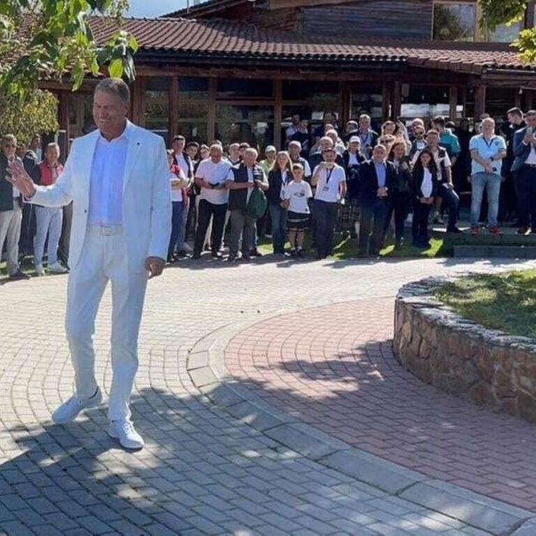 Guvernarea fierbe, dar Iohannis se relaxează la golf și pledează pentru Dacia Duster