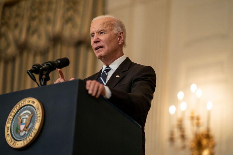 O nouă curiozitate pentru întreaga lume – Cine apasă butonul care îi întrerupe discursurile lui Biden